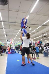 Les deux joueurs de Rugby à 7 soulèvent un enfant pour qu'il puisse récuperer la touche