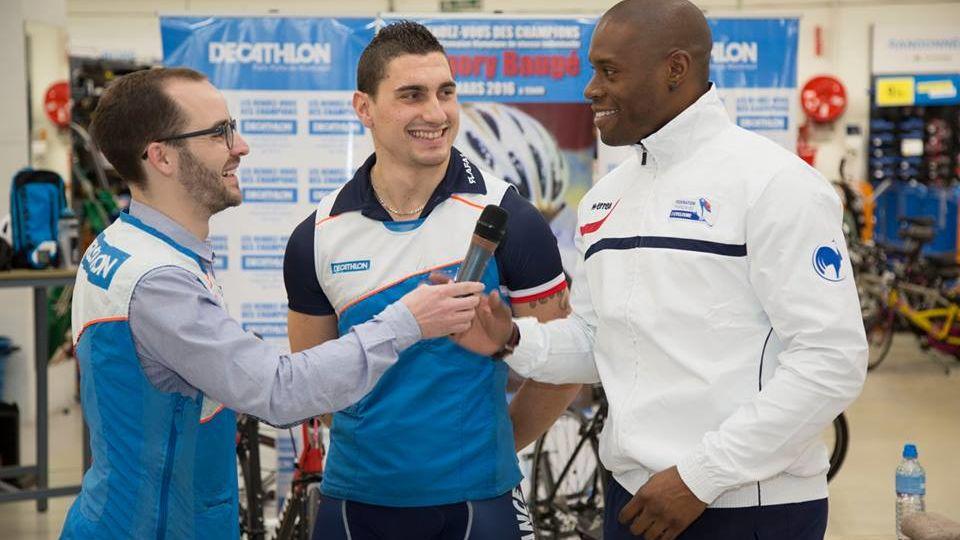 """Le directeur du magasin Decathlon Paris Porte de Montreuil pose une question à Grégory Baugé sous l""""oeil de Thomas Copponi"""