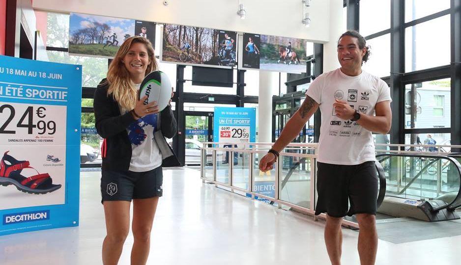 Arrivée des deux sportifs au magasin Décathlon Paris Porte de Montreuil